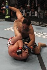 Minotouro vence Ortiz 202x300 UFC 140: Jones finaliza Lyoto e Mir quebra braço de Minotauro