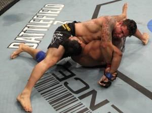 Mir finaliza Minotauro 300x222 UFC 140: Jones finaliza Lyoto e Mir quebra braço de Minotauro