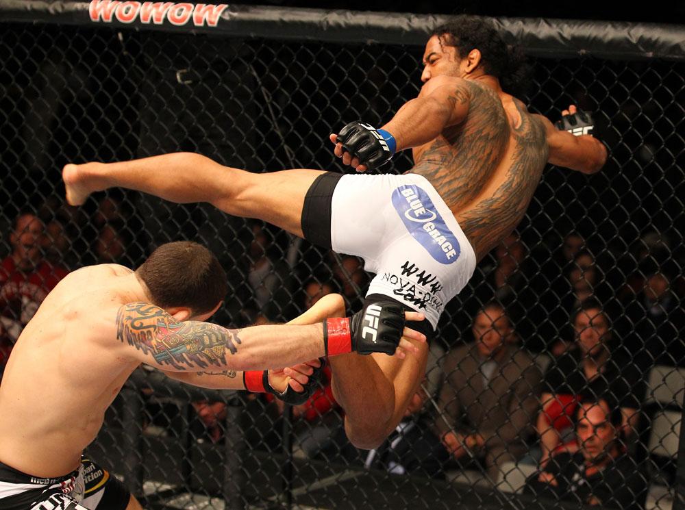 http://www.superlutas.com.br/wp-content/uploads/2012/02/27-Benson-Henderson-kicks-Frankie-Edgar.jpg