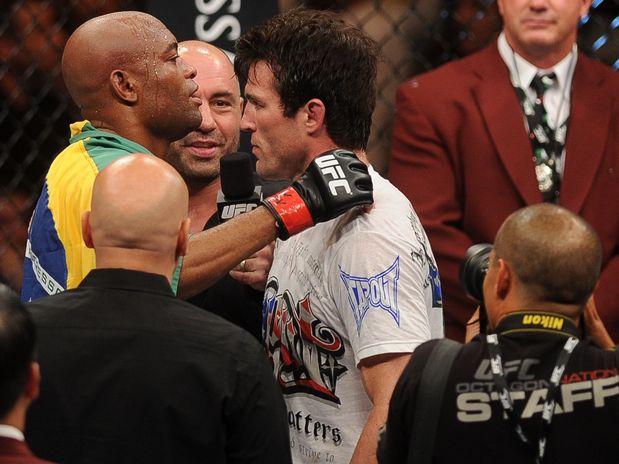 Anderson Silva abraça Chael Sonnen após a luta e convida americano ...