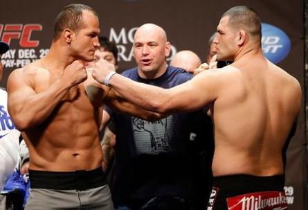 Cigano encara Velasquez 445x303 Assista a pesagem do UFC 166 com Velasquez e Cigano. Ao vivo!