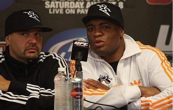 Ainda no octógono, minutos após perder o cinturão dos médios para Chris Weidman no UFC 162, Anderson Silva declarou que não lutaria mais pelo título. Na coletiva de imprensa, o […]