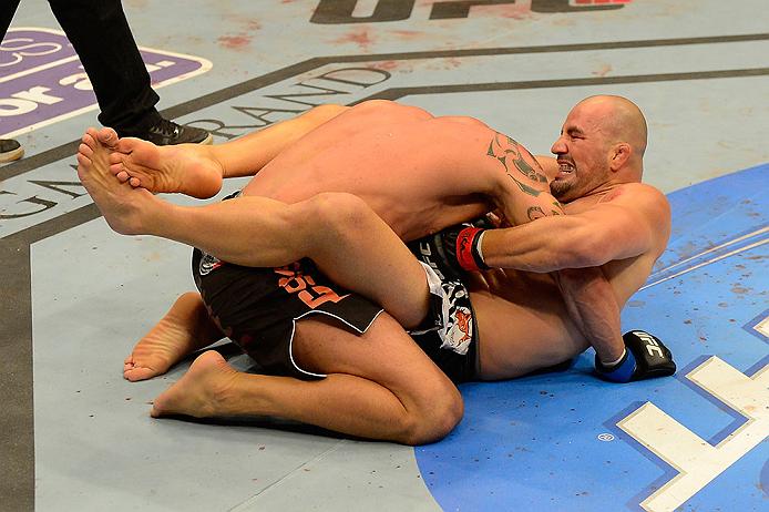 Apesar da vitória, relativamente, tranquila sobre James Te Huna no UFC 160, a sua quarta consecutiva pelo Ultimate, Glover Teixeira recebeu uma das maiores suspensões médicas do evento. O brasileiro […]