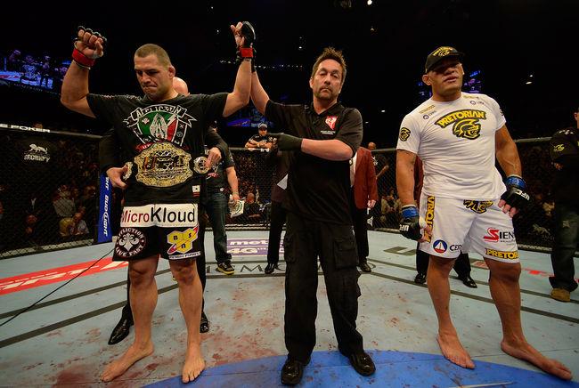 Os favoritos venceram as lutas principais do UFC 160, mas nem por isso faltou emoção para os fãs. O campeão dos pesados Cain Velasquez repetiu o feito de um ano […]