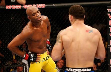 15 Anderson coloca a mao na cintura e chama americano para a luta 445x288 Polícia americana investiga aposta de US$ 1 milhão na derrota de Anderson Silva