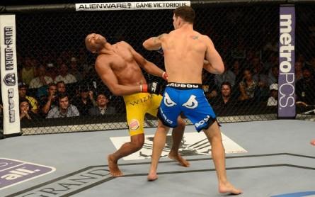 Chris Weidman nocauteia Anderson Silva 445x278 Chris Weidman surpreende e vence Anderson Silva por nocaute no UFC 162