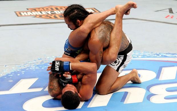 A derrota para Anthony Pettis, na luta principal do UFC 164, conquistou o cinturão dos pesos leves para Ben Henderson. Porém, o norte-americano esteve perto de ter uma perda ainda […]