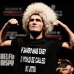 Irreverente, Nurmagomedov (foto) exibe sua peruca característica e uma camisa provocando o jiu-jitsu. Foto: Josh Hedges/UFC
