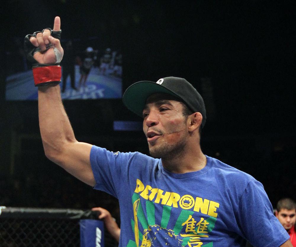 Mesmo tendo feito a luta principal do UFC 169, e conquistado sua primeira defesa do cinturão linear dos galos ao bater Urijah Faber, o brasileiro Renan Barão passou longe de […]