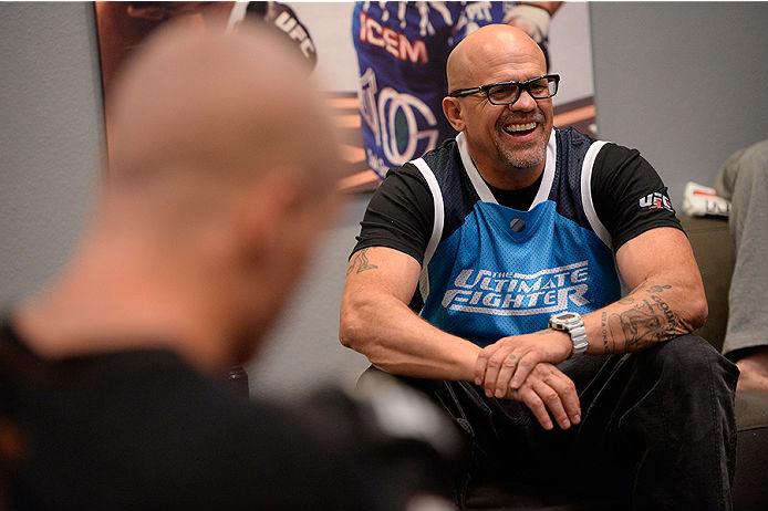 Jon Jones se envolveu em algumas polêmicas no período de sua mais recente defesa de cinturão, realizada no UFC 172, contra Glover Teixeira. O campeão dos meio-pesados trocou farpas inclusive […]