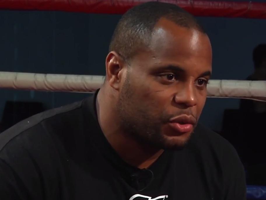 Daniel Cormier não recebeu bem a notícia de que Jon Jones se machucou, o que obrigou o combate entre eles a ser adiado para o UFC 182, em janeiro de […]