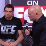 R. Barão (esq.) concede entrevista para Joe Rogan (dir.) durante o UFC 177. Foto: Reprodução/YouTube