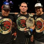 Leandro Vieira (dir.) é treinador de jiu-jitsu da academia de C. Velasquez (centro). Foto: Josh Hedges/UFC