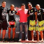 Pederneiras (de vermelho) explica corte de peso de Aldo (segundo da esquerda para a direit) para o UFC 179. Foto: Divulgação/UFC