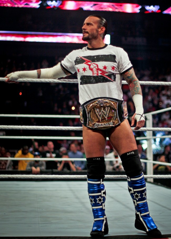 CM Punk on ring apron 650x908 Ao Vivo