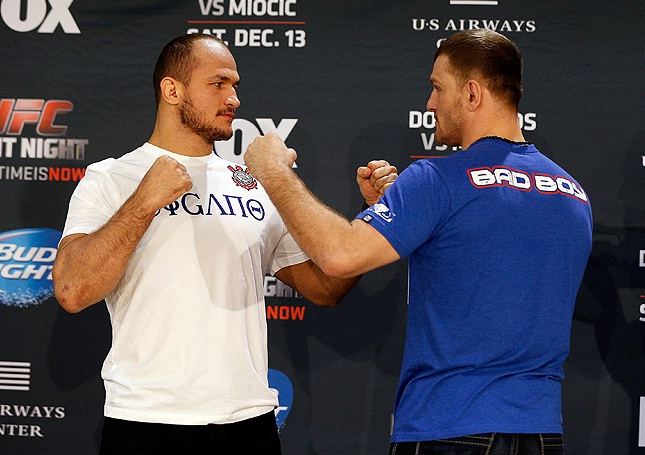 Cigano (esq.) e Miocic (dir.) lutaram em 2014 Foto: Josh Hedges/UFC