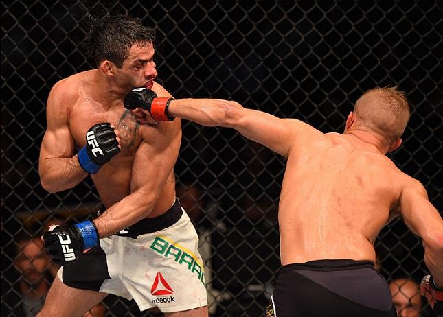 Barão (esq.) sofreu sua segunda derrota par Dillashaw (dir.) em lutas pelo título. Foto: Jeff Bottari/UFC