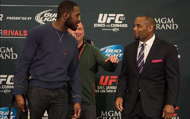 Cormier (dir.) e Jones (esq.): mais discussão pela internet (Foto: Josh Hedges/UFC)
