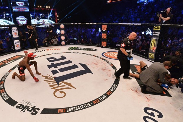 Page brinca com Cyborg após vitória. Foto: Bellator