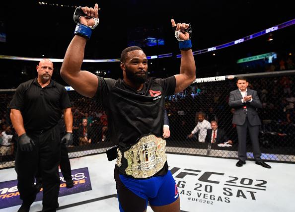 Woodley manteve o cinturão dos meio-médios. (Foto: Getty Images)