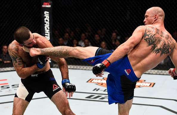 Cerrone (dir) aplicou nocaute brutal em M. Brown. (Foto: Getty Images)
