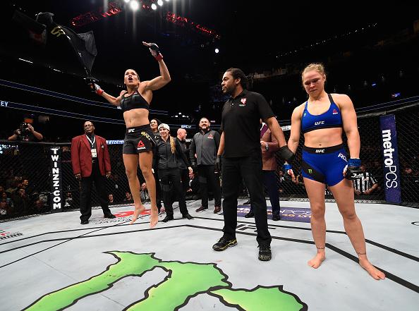 Nunes (esq) comemora vitória sobre Ronda (dir) no UFC 207. (Foto: Getty Images)