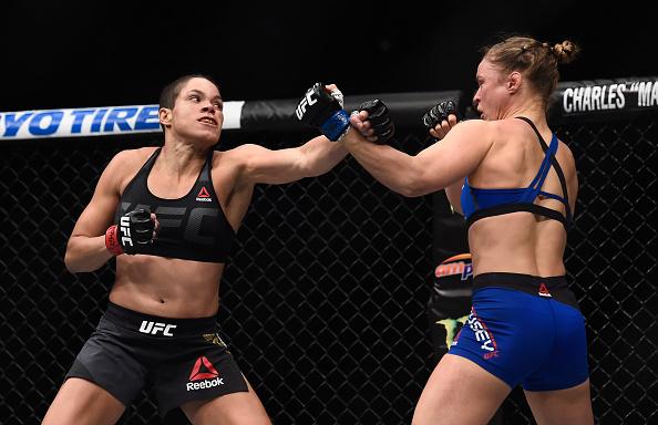 Nunes (esq) atropelou Ronda (dir) no UFC 207, dia 30 de dezembro. (Foto: Getty Images)