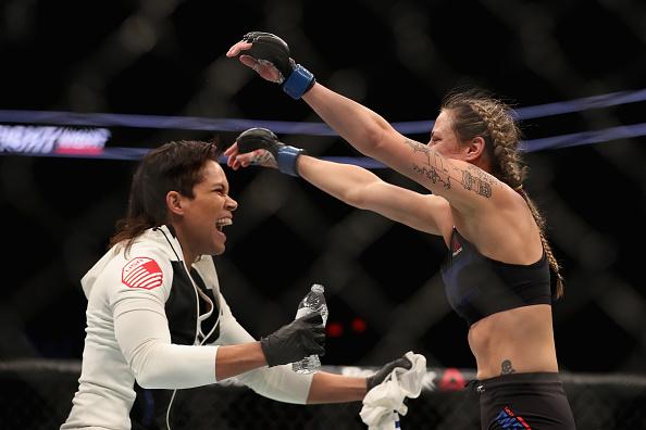 Nina (dir) comemora vitória com Amanda (esq) FOTO: Getty Images