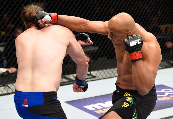 Pezão (dir) voltou ao caminho das vitórias após nocautear Kimball. (Foto: Getty Images)