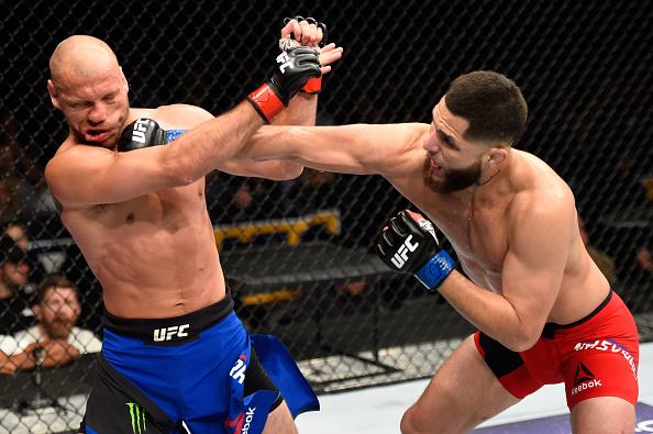 Masvidal (dir) nocauteou Cerrone (esq) na segunda luta mais importante da noite. (Foto: Getty Images)
