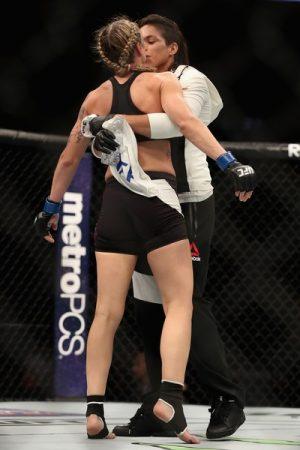 Amanda comemora vitória com Nina. Foto: UFC