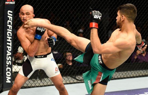 Rodriguez acerta chute no rosto de BJ. Foto: UFC