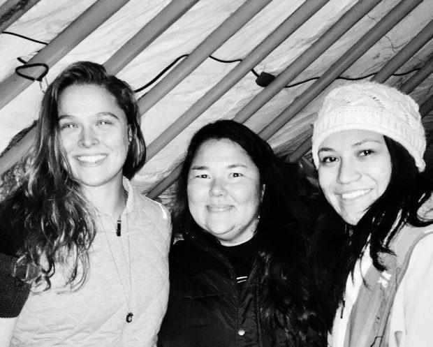 R. Rousey (esq) posou com manifestantes de Standing Rock (FOTO: Reprodução)
