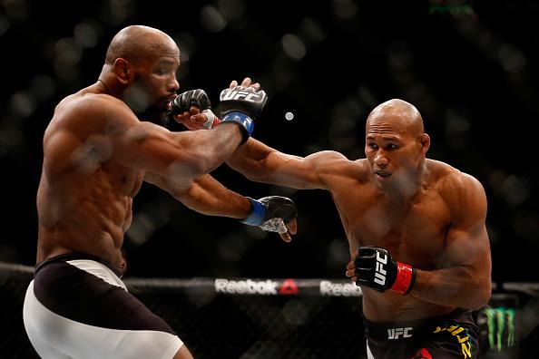 Jacaré (dir) foi derrotado por Romero no UFC 194. (Foto: Getty Images)