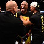 A. Silva comemora vitória sobre D. Brunson (FOTO: Getty Images)