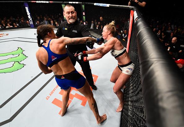 H. Holm recebe golpe de G. De Randamie após o fim do round (FOTO: Jeff Bottari/Getty Images)