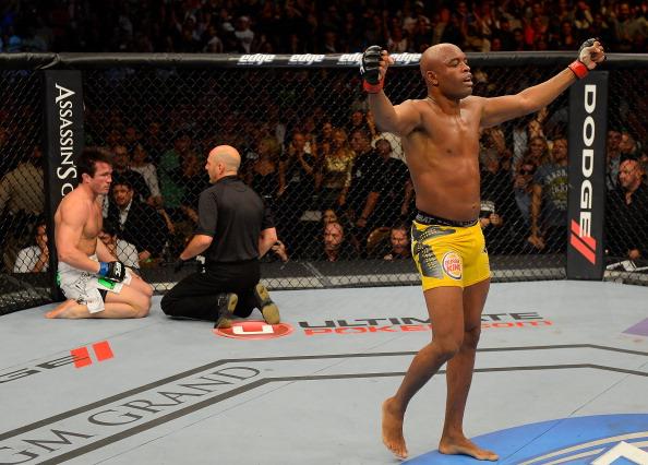 No UFC 148, o acerto de contas com o rival C. Sonnen: nocaute decisivo (FOTO: Donald Miralle/Getty Images)