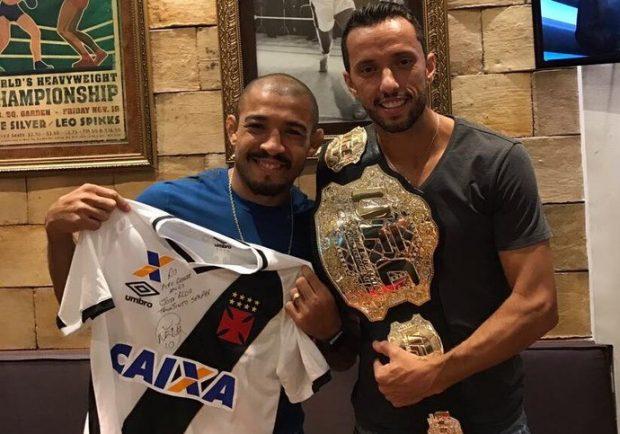 J. Aldo (esq) posa com Nenê, do Vasco (dir) (FOTO: Reprodução)