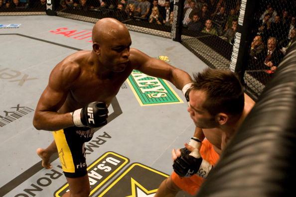 A. Silva conquistou o título sobre R. Franklin e o derrotou de novo em uma defesa de cinturão (FOTO: Josh Hedges/Getty Images)