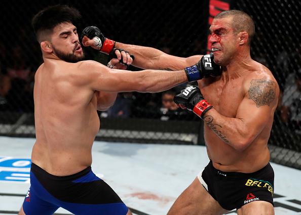 Belfort (dir) sofreu terceira derrota seguida (Foto: Buda Mendes/UFC)