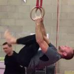 St. Pierre mostra habilidade nas argolas. Foto: Reprodução / YouTube