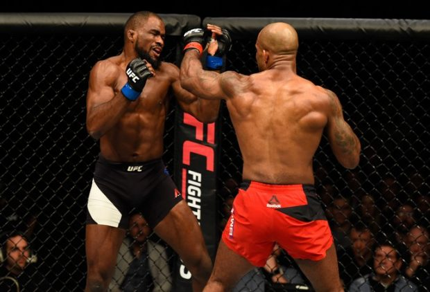 Manuwa (dir.) derrotou C. Anderson (esq.) no UFC Londres. Foto: Josh Hedges