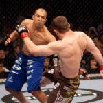 Primeira luta entre R. Gracie (esq) e M. Hughes (dir) foi em 2006 (Foto: Josh Hedges/UFC)