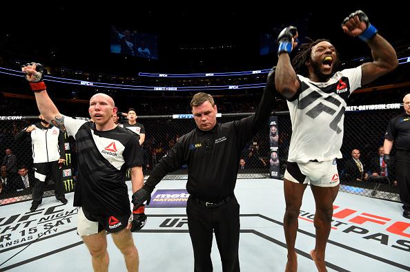 Green (dir) comemora vitória sobre Emmett (esq) (Foto: Josh Hedges/UFC)