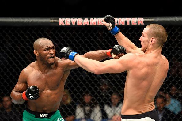 Usman (esq) anulou Strickland (dir) (Foto: Josh Hedges/UFC)