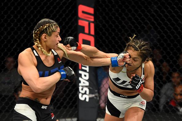 Calvillo (dir) derrotou Gonzales (esq) no UFC 210 (Foto: Josh Hedges/UFC)