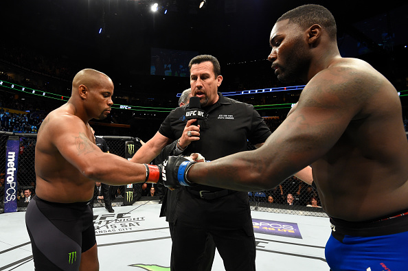Cormier (esq) lamentou decisão de Johnson (dir). (Foto: Josh Hedges/UFC)