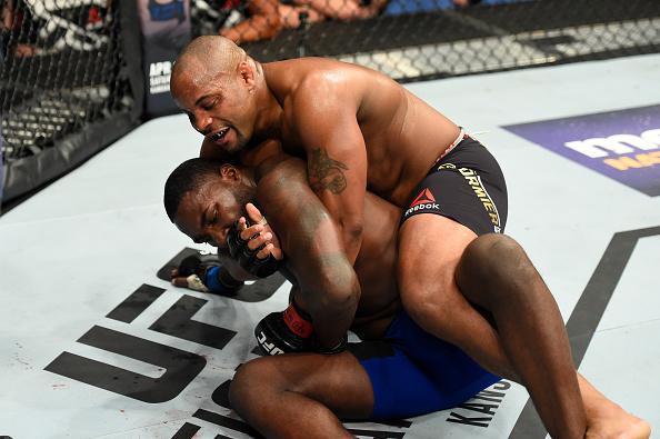Cormier finalizou Johnson no segundo round (Foto: Josh Hedges/UFC)