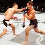 Bang (esq) x Kuntz (dir): luta sob suspeita (Foto: UFC)