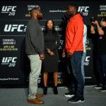 D. Cormier (esq) não desviou o olhar de A. Johnson (dir) (Foto: Jeff Bottari/UFC)